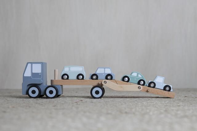 Truck with wooden barn incl. 4 cars